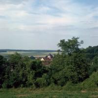 L'église dans son environnement vue du sud-ouest (1972)