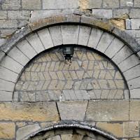 Vue partielle du portail roman de la façade ouest (2015)