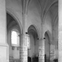 La nef vue vers le nord-est depuis le bas-côté sud (1995)