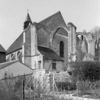 L'église vue du sud-est, avec les ruines du transept et du choeur (1979)