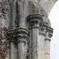 Chapiteaux et colonnettes associés à la retombée d'une voûte et à une fenêtre du bas-côté nord (2016)