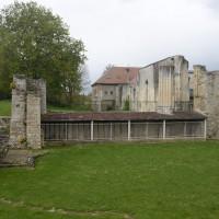 Les vestiges de l'église vus de l'est et la protection du mur ouest de la crypte et de ses chapiteaux (2016)