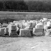 Chapiteaux et éléments sculptés conservés après la démolition de l'église