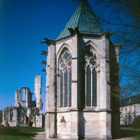 La chapelle de l'abbé et les ruines de l'abbatiale vues de l'est (1995)