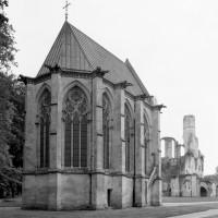 La chapelle vue du nord-est avec, au fond, les ruines du bras nord du transept de l'abbatiale (1995)