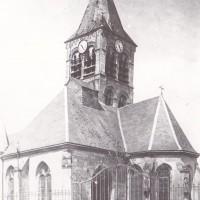L'église vue du sud-est, au début du 20ème siècle, avant la chute du clocher (Arch. Phot. Paris / S.P.A.D.E.M.)