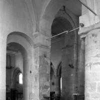 Vue partielle, vers le nord-ouest,  des arcades mettant en communication la nef avec les parties orientales (1996)