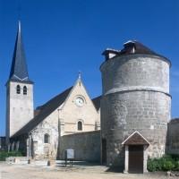 L'église vue du nord-ouest, depuis le site de l'ancien prieuré (1997)