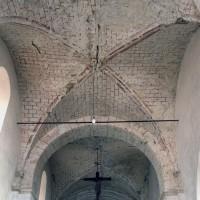 Les voûtes d'arêtes des deuxième et troisième travées de la nef vue vers l'est (1995)