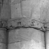 Frise sculptée au mur de chevet (1997)