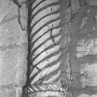 Colonnette d'une baie du premier étage dissimulée dans les combles (1970)