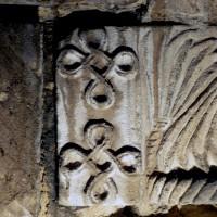 Détail d'un chapiteau des baies du premier étage du clocher dissimulées dans les combles