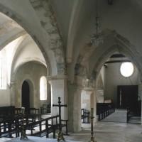 L'intérieur vu vers le sud-ouest avec la chapelle sud à gauche et la travée du clocher à droite (1995)