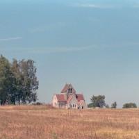 L'église dans son environnement vue de l'est (2004)