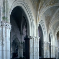 Les arcades de la nef vues vers le nord-est depuis le bas-côté sud (1995)