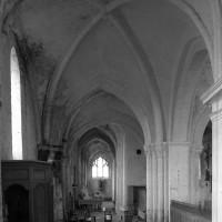 Le bas-côté sud vu vers l'ouest avec, au premier plan, la seconde travée du 12ème siècle (1995)