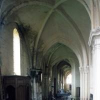 Le bas-côté sud vu vers l'ouest avec, au premier plan, la seconde travée du 12ème siècle (1997)
