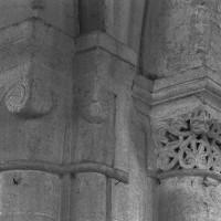 Chapiteaux de la pile nord-est de la base du clocher : à droite, celui de la première campagne; à gauche, ceux de la troisième campagne (1997)