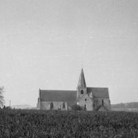 L'église dans son environnement vue du sud (1975)