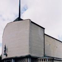 L'église vue du nord-est avec le baptistère au premier plan (2004)