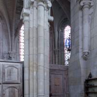 Pilier recevant les arcades communiquant entre la chapelle et le choeur (2001)
