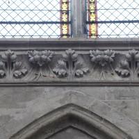 Frise sculptée à la base des fenêtres du mur gouttereau nord de la nef (2016)