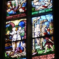Vitrail du 16ème siècle - restauré au 19ème - de saint Crépin et saint Crépinien à la troisième chapelle nord du choeur (2016)