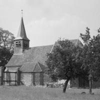 L'église dans son environnement vue du sud (1974)