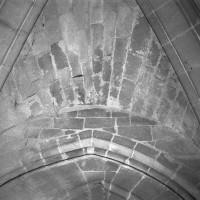 Détail de la voûte d'ogives de la travée sous clocher du choeur du 12ème siècle (refaite différemment au 19ème siècle).