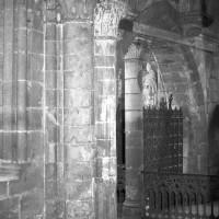 Vue partielle de la travée sous clocher du choeur du 12ème siècle.
