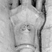 Chapiteau du 12ème siècle au revers du mur est de la travée du clocher (1980)