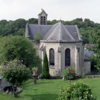 L'église dans son environnement vue du sud-est (2008)