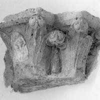Chapiteau du dernier quart du 12ème siècle de l'ancien hôtel-dieu conservé dans l'église (2001)