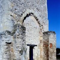 Les vestiges de l'abside romane vus du sud-est (2008)
