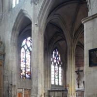 Vue partielle des chapelles et du bas-côté nord du choeur vers le nord-est depuis la croisée du transept (2015)