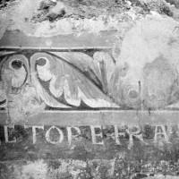 Décor peint avec inscription à l'angle sud-est de la chapelle préromane (1974)
