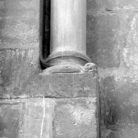 Colonnette et base associées à une fenêtre de la nef (1980)