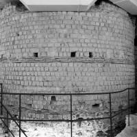 Extérieur de la partie inférieure de la tour gallo-romaine découverte sous l'abside de la chapelle, vue vers l'ouest (2002)