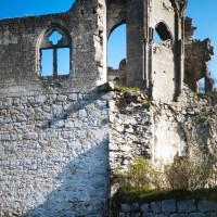 Vue de l'angle sud-est du château avec les vestiges de la chapelle