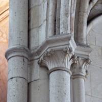 Chapiteaux à la retombée d'une arcade d'une chapelle rayonnante au nord du déambulatoire (2015)