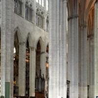 Vue partielle du choeur et du bas-côté sud vers le nord-est depuis le bras sud du transept (2015)