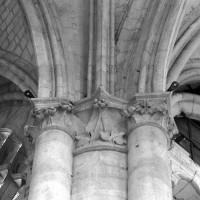 Chapiteau à la retombée de voûtes à l'angle du bas-côté sud du choeur et du bas-côté est du bras sud du transept (1998)