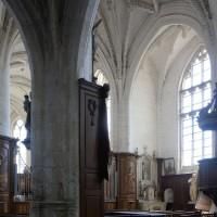 Vue partielle du transept vers le sud-est depuis le bas-côté nord de la nef (2016)