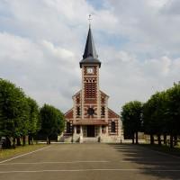 L'église dans son environnement vue de l'ouest depuis le terrain du jeu de paume (2016)
