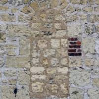Ancienne fenêtre romane au mur nord de la nef (2016)