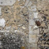 Restes d'une fenêtre romane au mur nord de la nef (2016)