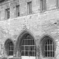 L'entrée de la salle capitulaire sur la face ouest de l'aile est (1992)