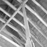 Vue partielle de la charpente de l'ancien dortoir des converses dans l'aile nord (1992)