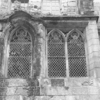 Fenêtres de la chaire du lecteur du réfectoire sur l'aile nord (1992)