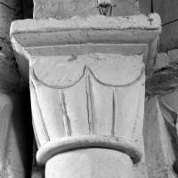 Chapiteau à godrons du pilier nord-est de la base du clocher (1996)